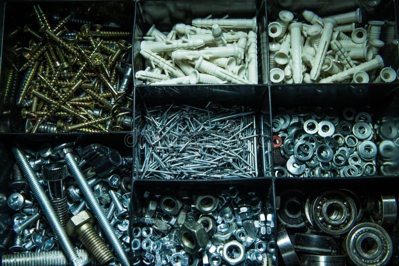 Outils pour la construction Beaucoup de petits clous Une boîte avec des outils pour le maître photos libres de droits