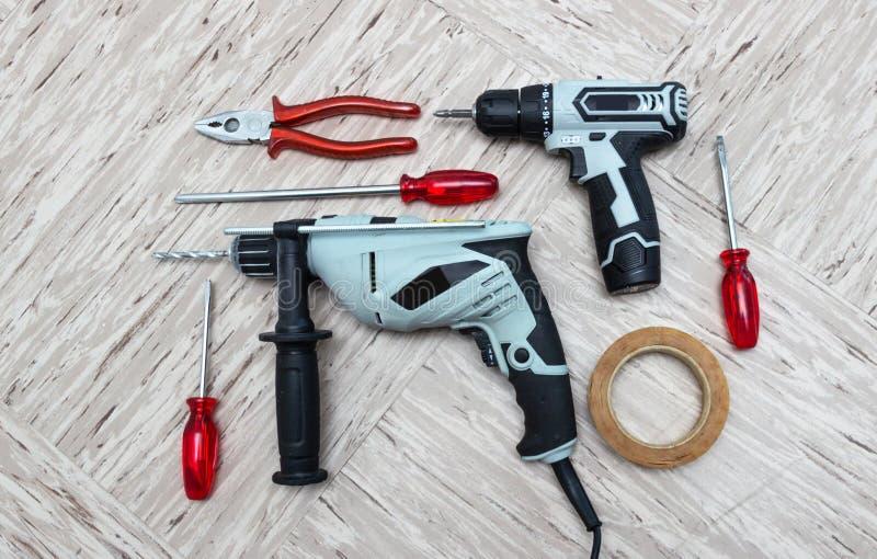 Outils pour la réparation, tournevis, perceuse électrique, électro-tournevis, photos libres de droits