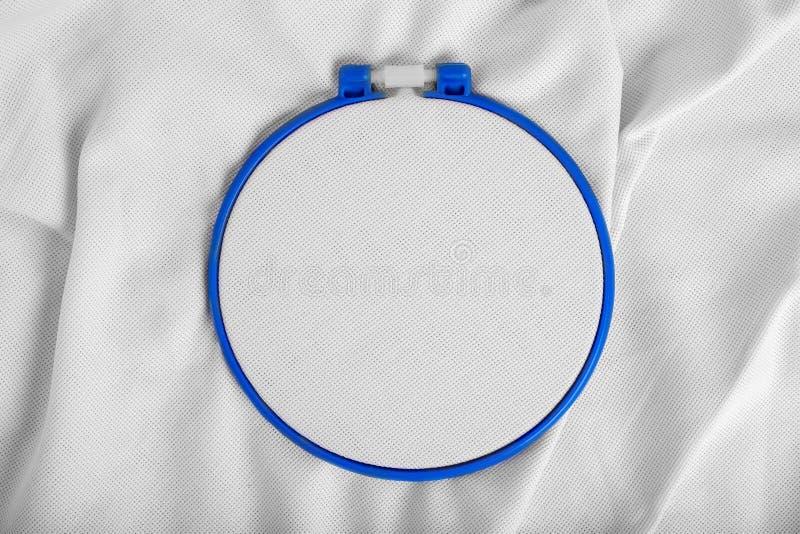 Outils pour le point crois? Un cercle pour la broderie et toile sur le fond blanc de toile Maquette pour le passe-temps image stock