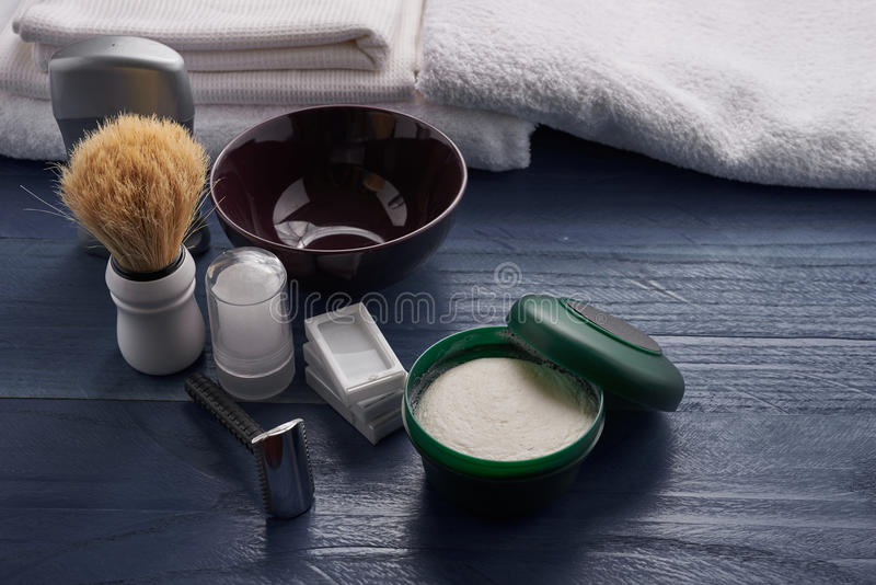 Download Outils Pour Le Rasage Masculin Professionnel Photo stock - Image du barbe, crème: 77152830