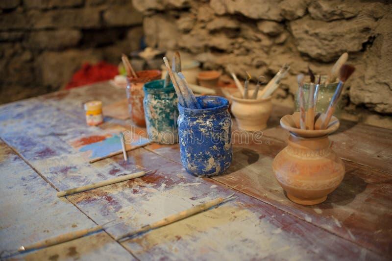 Outils pour peindre la poterie dans le studio images libres de droits