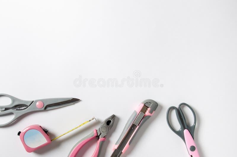 Outils pratiques féminins de rose sur un fond blanc Copiez l'espace photos libres de droits