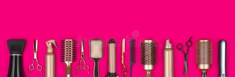 Outils professionnels de raboteuse de cheveux sur le fond rouge avec l'espace de copie images libres de droits