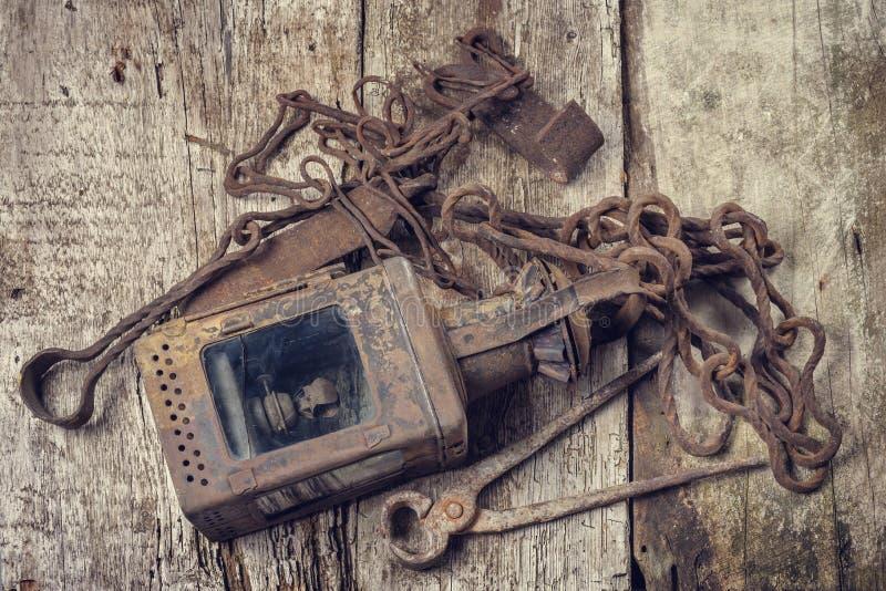 Outils rouillés de vieux vintage sur une surface en bois photographie stock