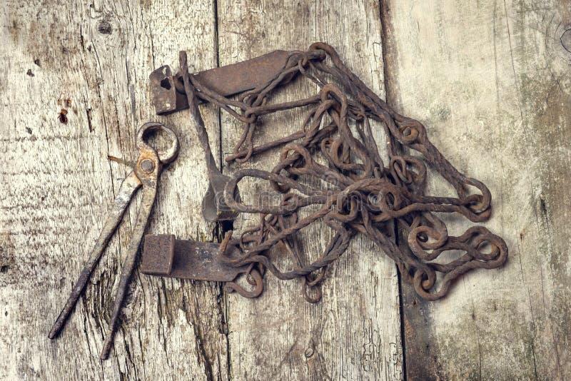 Outils rouillés de vieux vintage sur une surface en bois image stock
