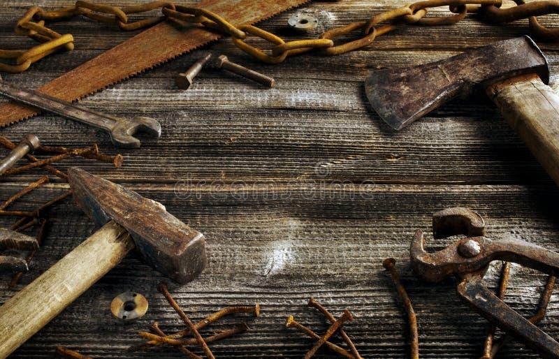 Outils rouillés sur la vieille planche foncée images libres de droits