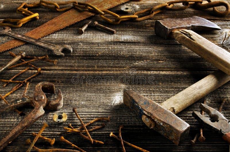 Outils rouillés sur la vieille planche foncée photo libre de droits