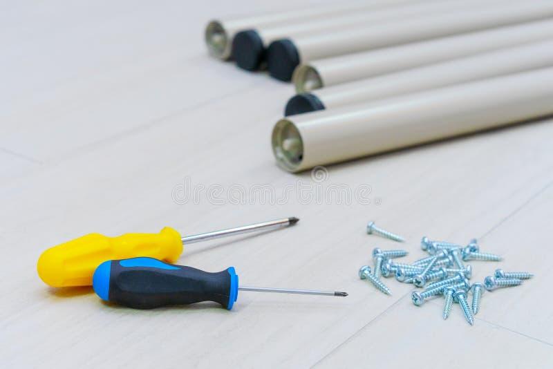 Outils travailleur, tournevis, clou, sur un fond blanc ensemble des meubles à la maison photographie stock