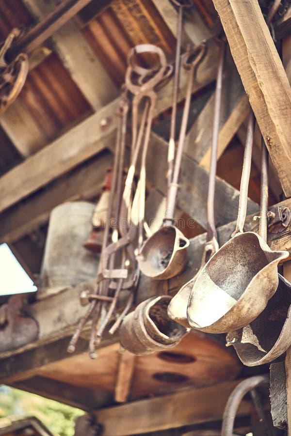 Outils vieux et d'oxyde dans une ferme photographie stock libre de droits