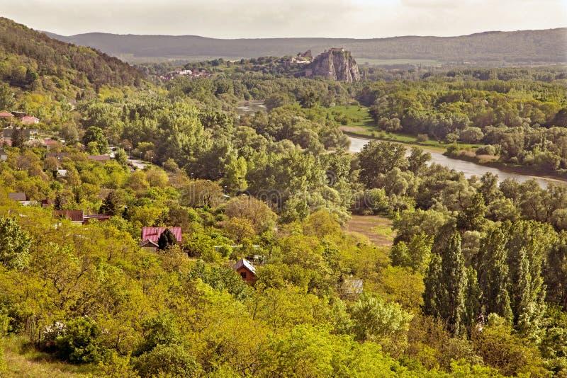 Outlook de localité de Sandberg près de Bratislava sur des ruines de château de Devin image libre de droits