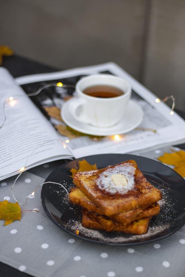 outono acolhedor flatlay com rabanadas com manteiga e chá preto imagens de stock