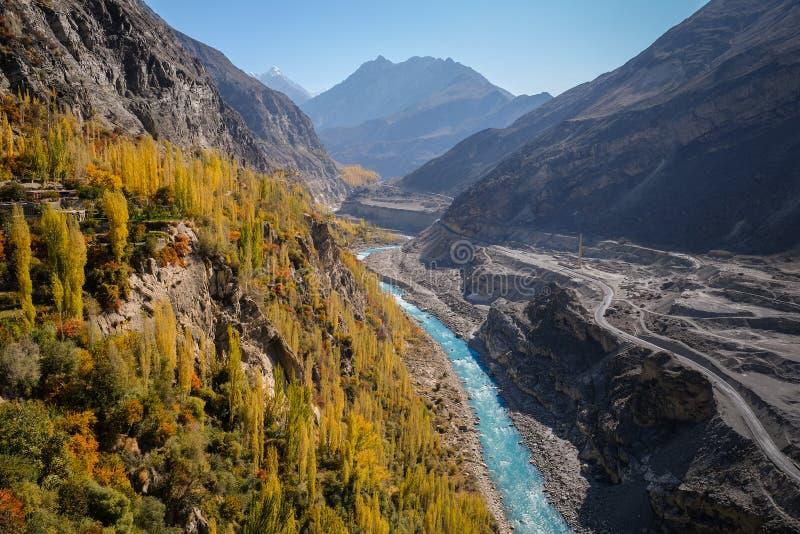 outono colorido no rio da mostra do vale de Hunza e na cordilheira azuis de Karakoram foto de stock royalty free