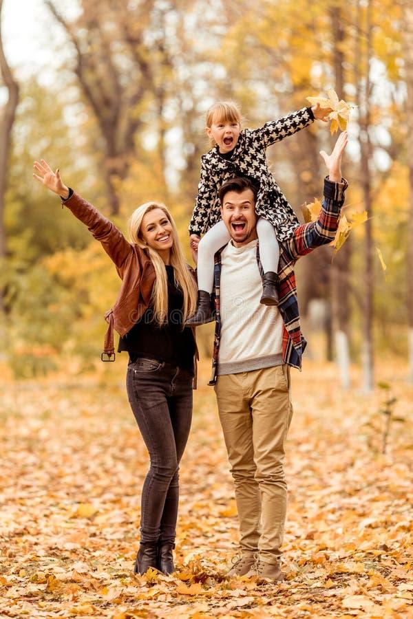 outono da caminhada da família imagens de stock
