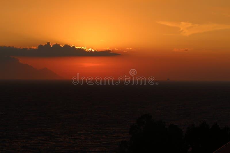 outono do espaço livre da nuvem do céu do mar do nascer do sol fotografia de stock