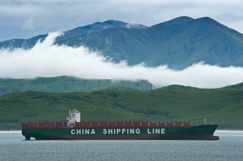 outono do navio de recipiente CSCL que está nas estradas na âncora Louro de Nakhodka Mar do leste (de Japão) 16 05 2014 imagem de stock