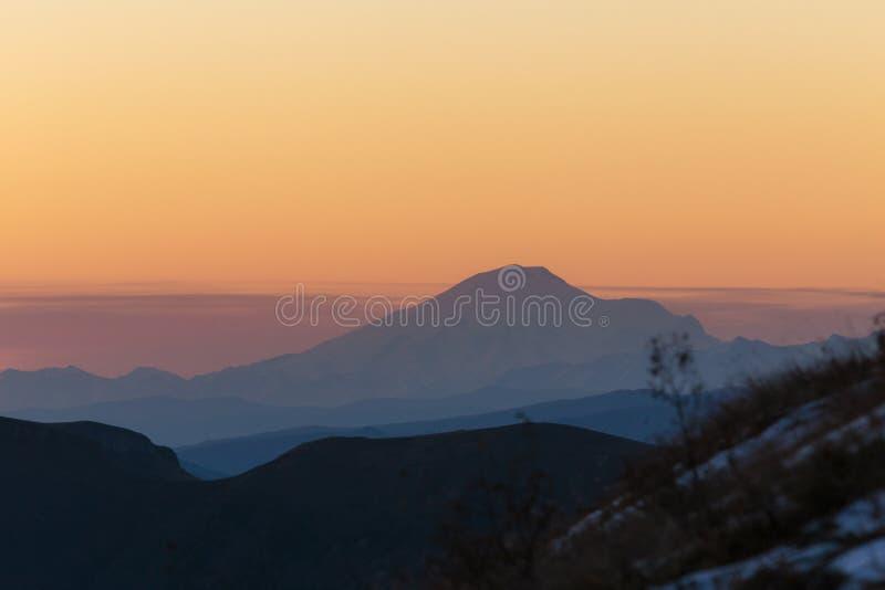 outono dourado nas inclinações das montanhas do Cáucaso e imagens de stock