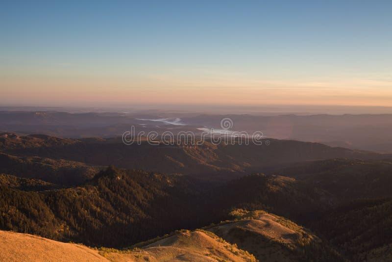 outono dourado nas inclinações das montanhas do Cáucaso e fotografia de stock