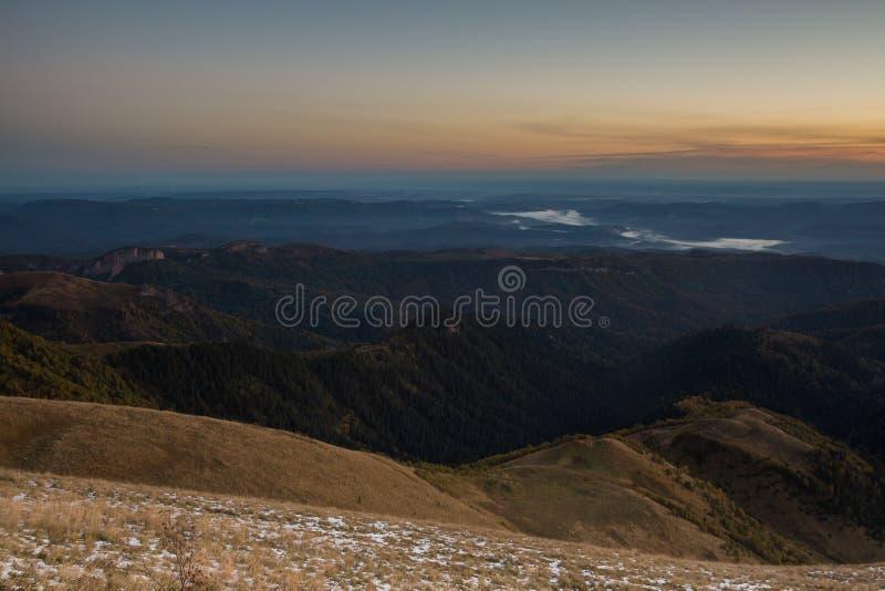outono dourado nas inclinações das montanhas do Cáucaso e fotos de stock