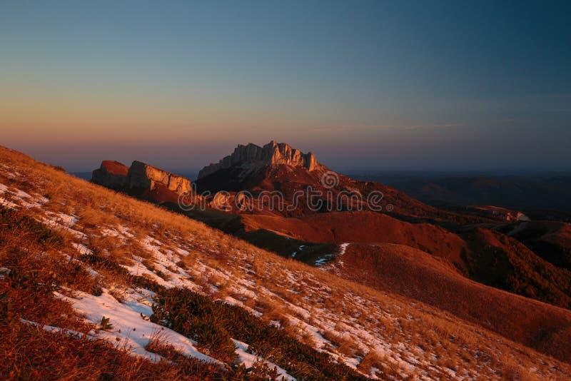 outono dourado nas inclinações das montanhas do Cáucaso e imagem de stock