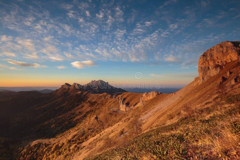 outono dourado nas inclinações das montanhas do Cáucaso e imagem de stock royalty free