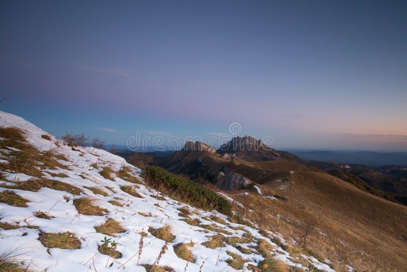 outono dourado nas inclinações das montanhas do Cáucaso e imagens de stock royalty free
