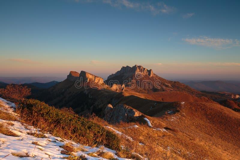 outono dourado nas inclinações das montanhas do Cáucaso e foto de stock royalty free