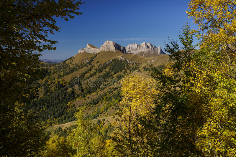 outono dourado nas inclinações das montanhas do Cáucaso e fotos de stock royalty free