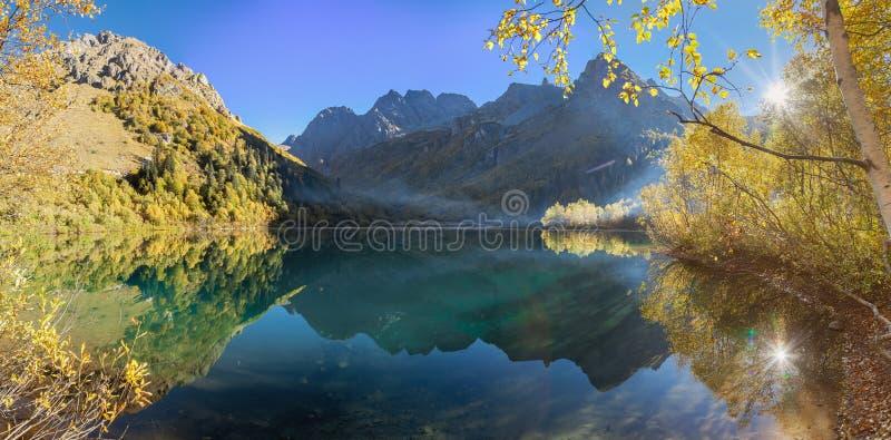 outono dourado no lago Kardyvach Rússia imagem de stock royalty free