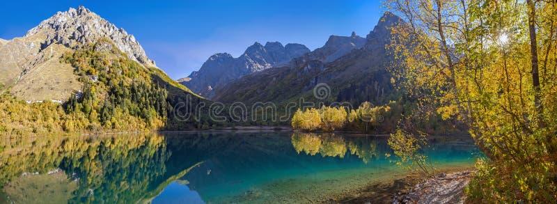 outono dourado no lago Kardyvach Região de Krasnodar, Rússia foto de stock royalty free