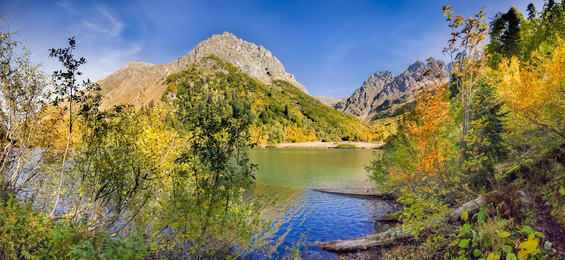 outono dourado no lago Kardyvach Sochi, Rússia imagem de stock royalty free