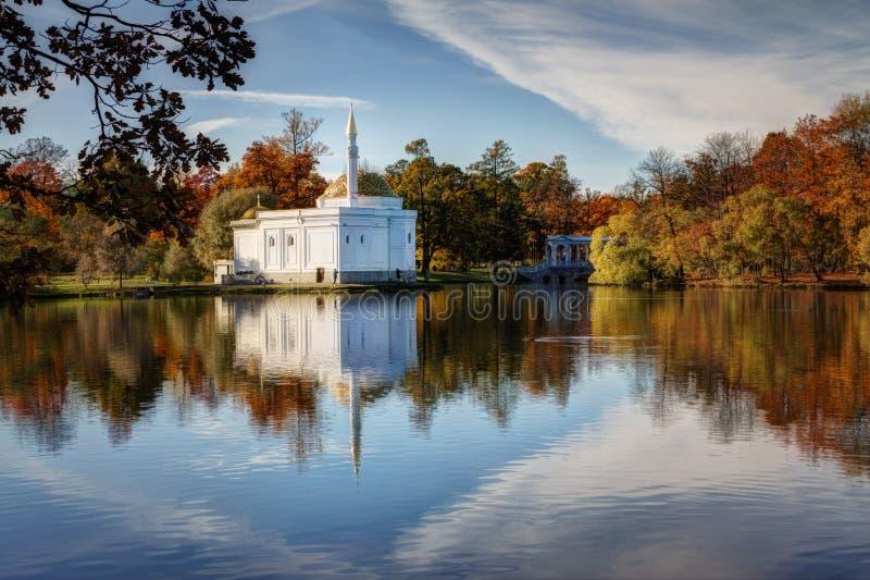 outono dourado no parque de Catherine, Tsarskoye Selo A cidade região de Pushkin, Leninegrado Vista do pavilhão do banho turco fotos de stock royalty free