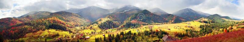 outono e inverno nas montanhas imagens de stock royalty free