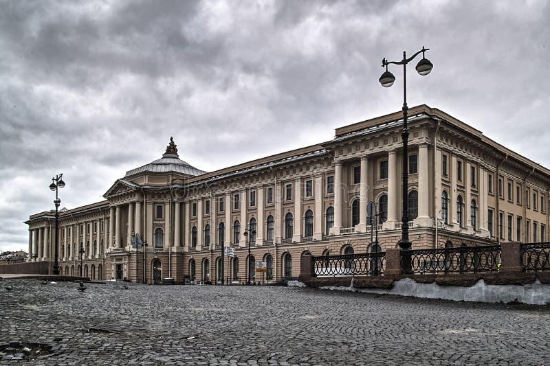 Outono em St Petersburg Construção da academia das artes fotos de stock