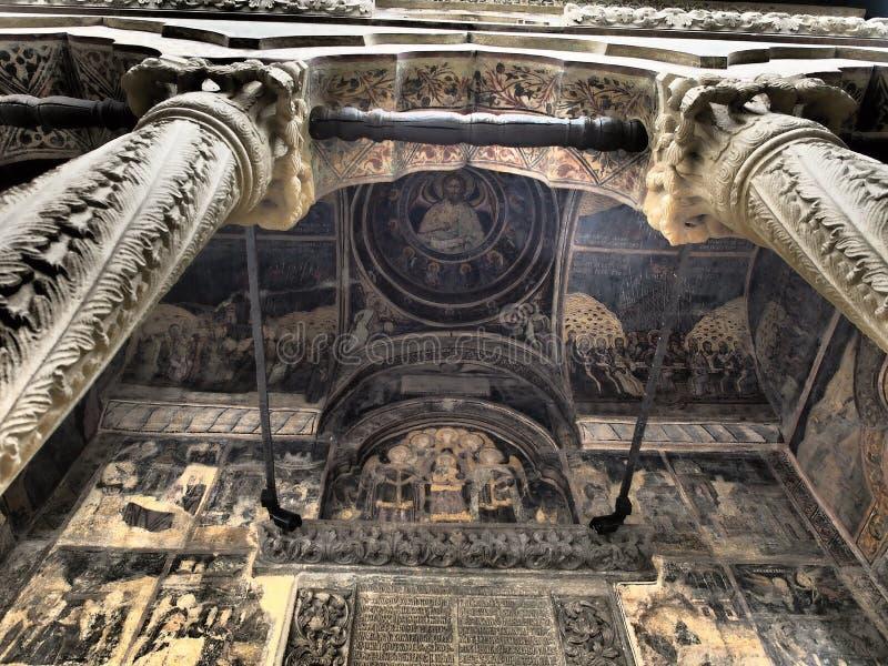 Outono em StGeorge/Sf Igreja Gheorghe, Bucareste, frescos na cúpula do templo dos santos Os belos muros dentro de Saint G imagens de stock royalty free