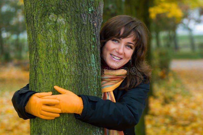 Outono - mulher que abraça uma árvore fotos de stock