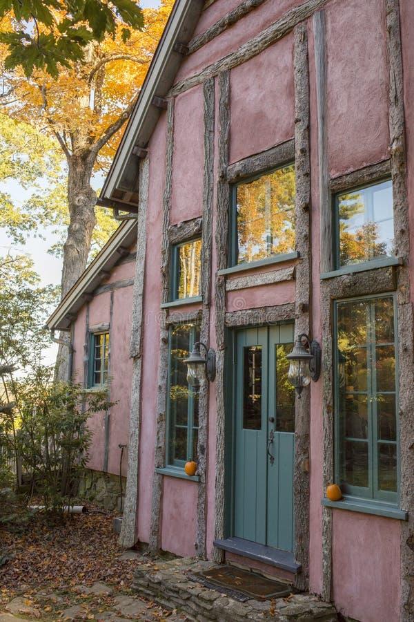 outono na casa de campo cor-de-rosa imagens de stock royalty free