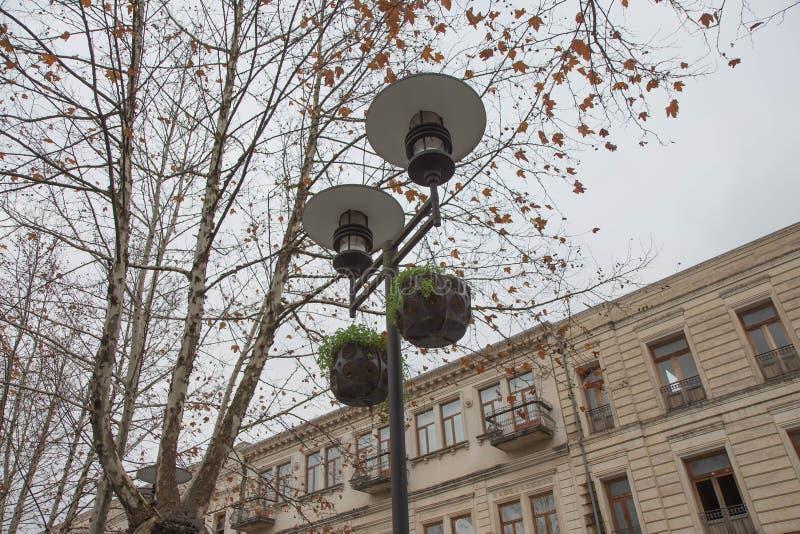 outono na cidade, cidade iluminação da noite, lâmpada na rua fotos de stock