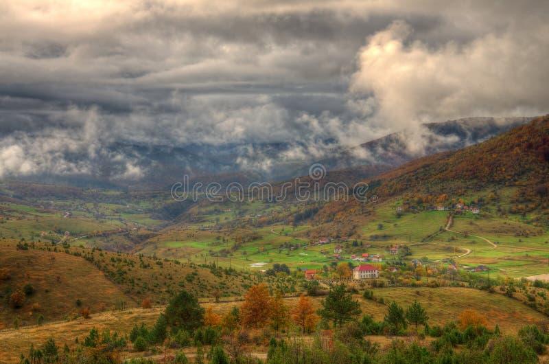 outono na montanha perto da cidade Plevlja, Montenegro imagem de stock