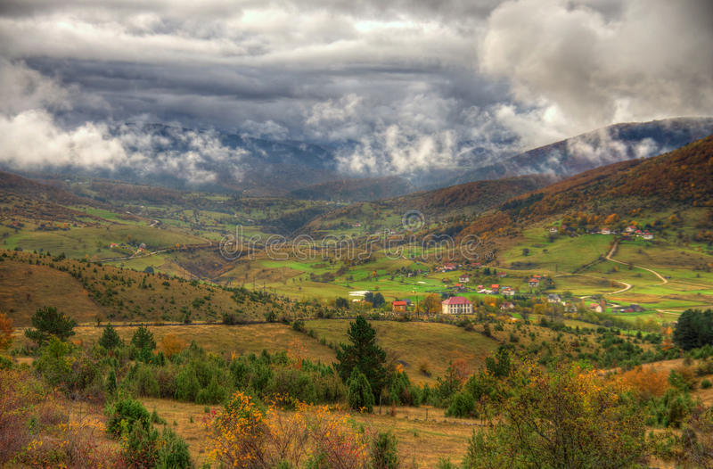 outono na montanha perto da cidade Plevlja, Montenegro foto de stock royalty free