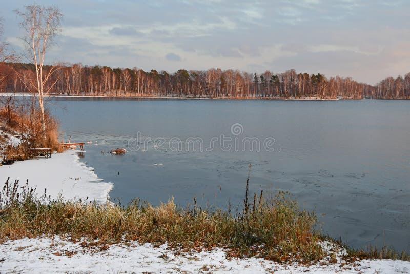 outono natural de Uvildy do monumento-lago que nivela a região de Chelyabinsk, Ural do sul, Rússia fotos de stock royalty free