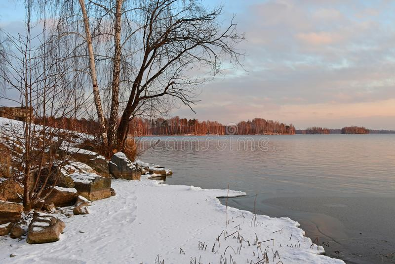 outono natural de Uvildy do monumento-lago que nivela a região de Chelyabinsk, Ural do sul, Rússia foto de stock