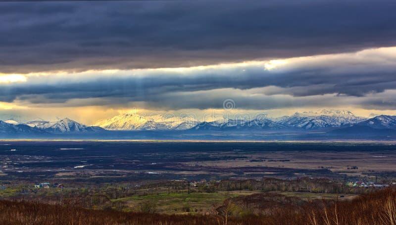 outono nevado das montanhas e das nuvens de tempestade em Kamchatka fotografia de stock