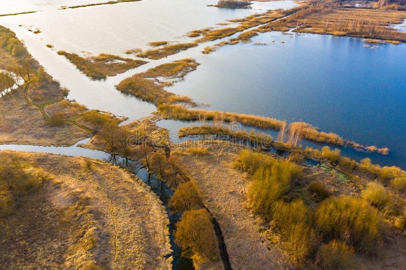 Outono no campo Reservatório raso e grama seca no nascer do sol, paisagem aérea fotografia de stock