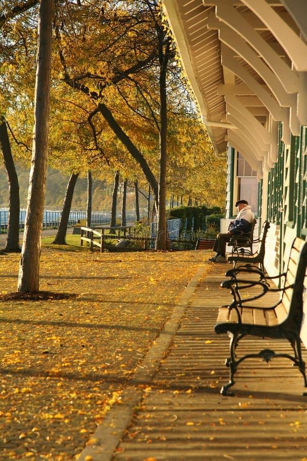 Outono no estação de caminhos-de-ferro. foto de stock royalty free