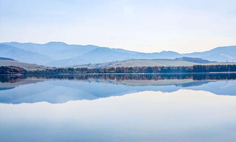 outono no lago Liptovska Mara Liptovska com baixa cordilheira de Tatras fotos de stock royalty free