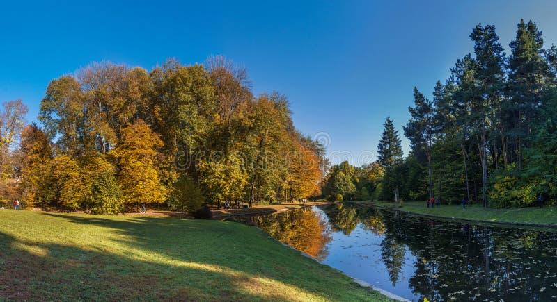 outono no parque de Sofiyivka em Uman, Ucrânia fotos de stock