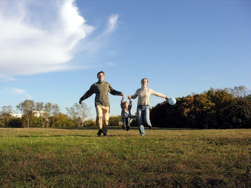 Outono Running da família imagens de stock