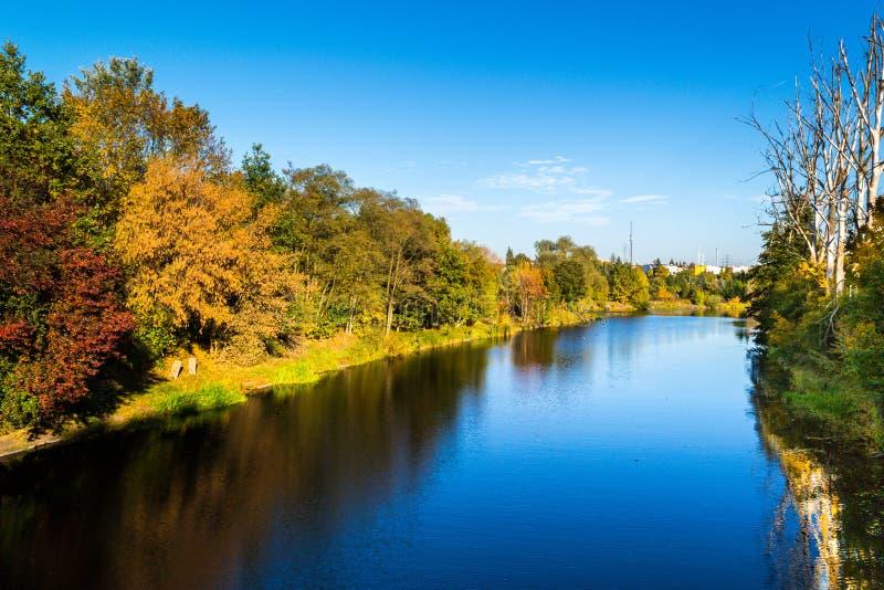 outono sobre o rio, cidade de Bydgoszcz, Polônia imagens de stock