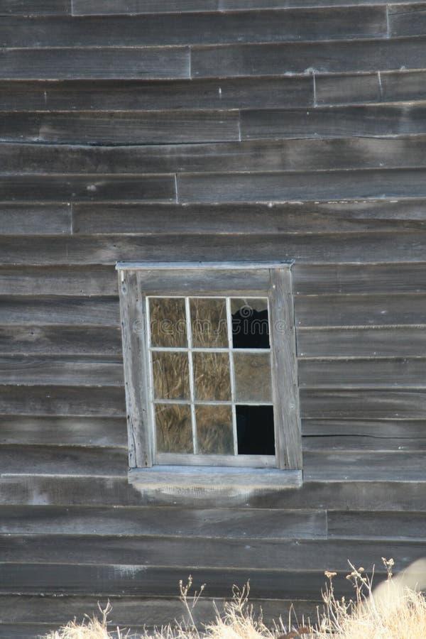 Outport-Gebäude mit zerbrochener Fensterscheibe stockfotografie