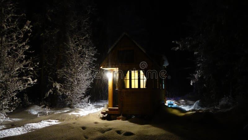 Outre de la Chambre minuscule d'hiver de grille photos stock